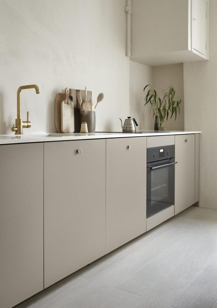 strakke moderne taupe keuken