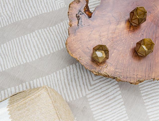 Een houten vlonder terras die verbindt