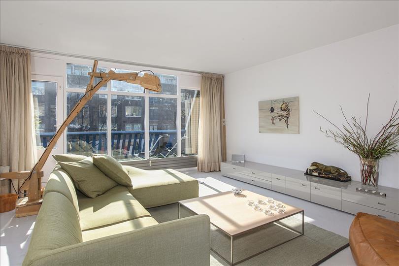 ... de cognac bruine fauteuil en ook de mooie design hoogglans tv meubel