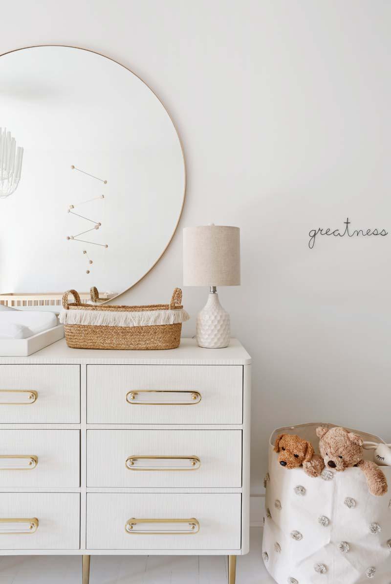 babykamer inspiratie grote ronde spiegel boven commode