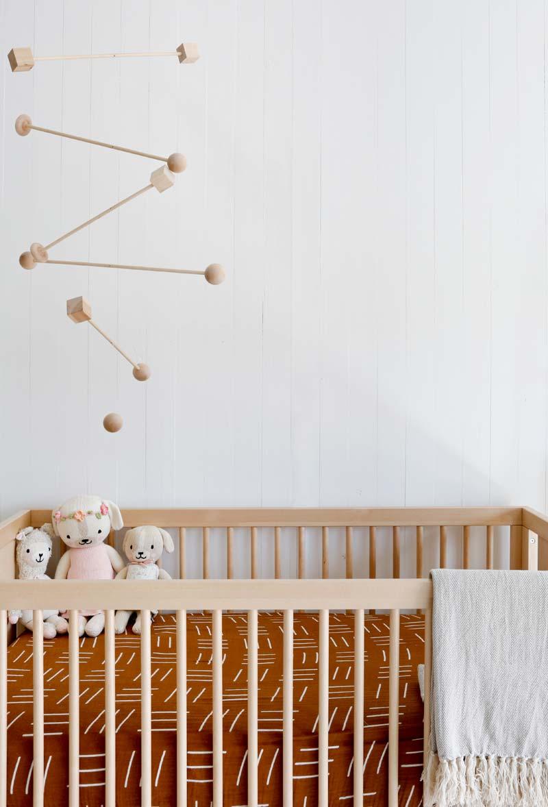 babykamer inspiratie houten bedje mobile
