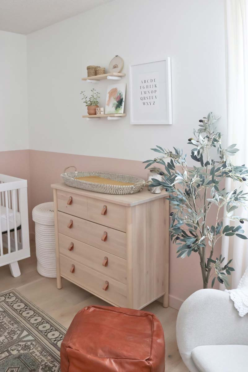 babykamer inspiratie houten commode leren deurgrepen