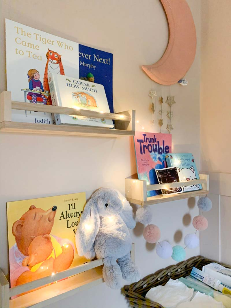 babykamer inspiratie kleine babykamer houten boekenrekken