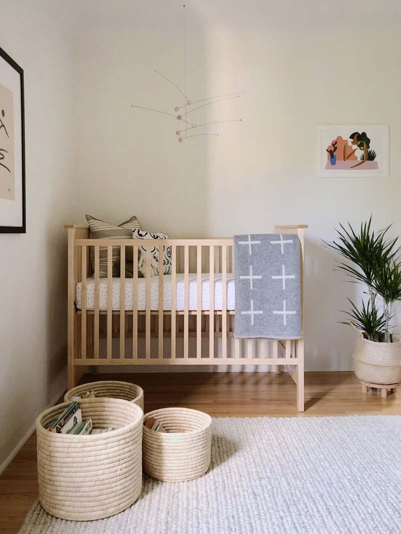babykamer inspiratie neutrale babykamer houten babybed