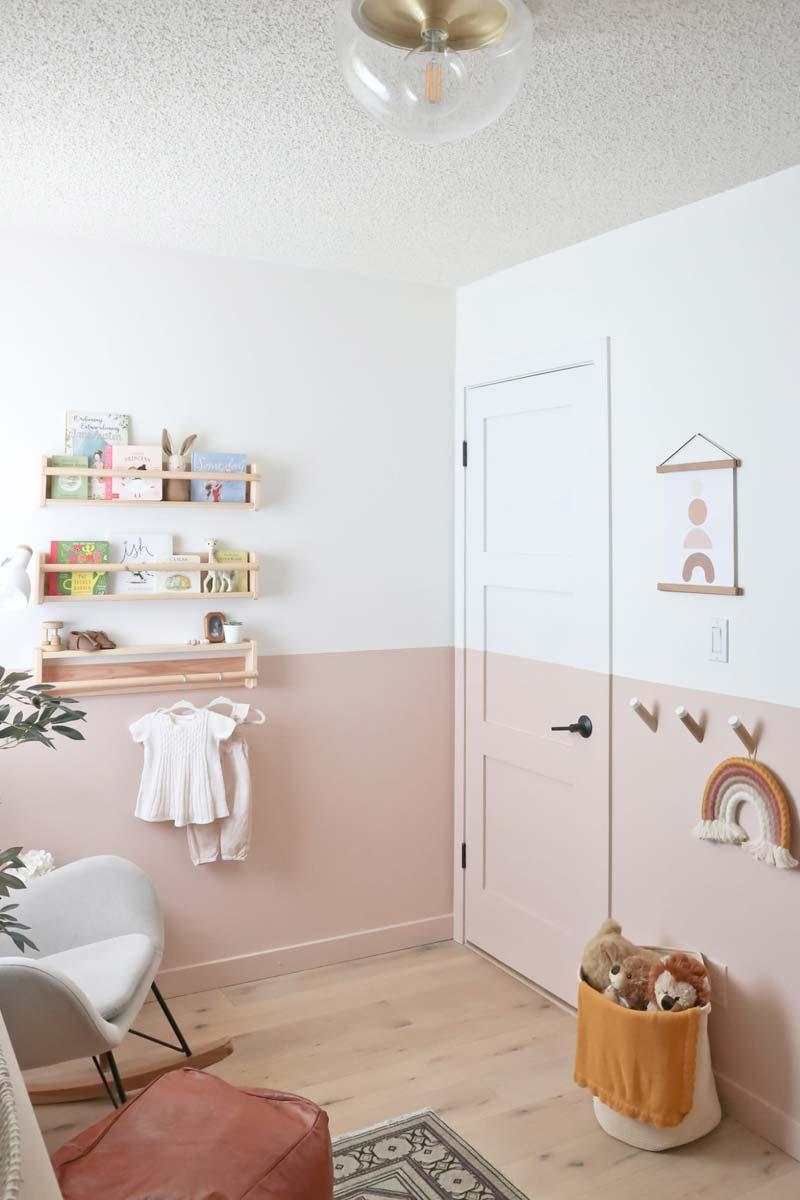 babykamer inspiratie roze lambrisering verven