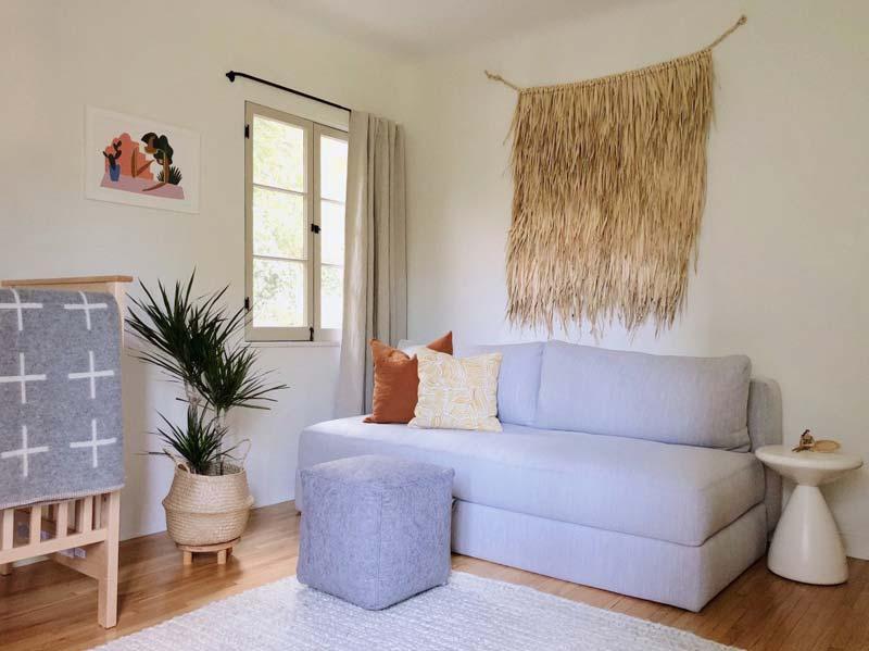 babykamer inspiratie wandkleed boven bank