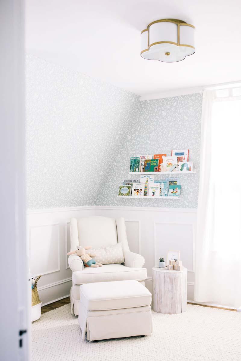 babykamer inspiratie witte lambrisering lichtblauw behang