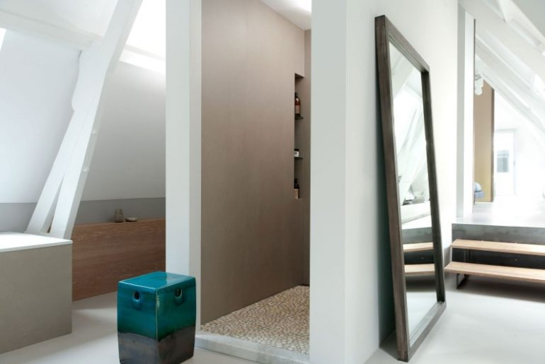 Badkamer van grachtenpand in Utrecht door Remy Meijers