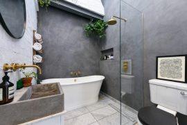 In deze badkamer is stoer met chic gecombineerd