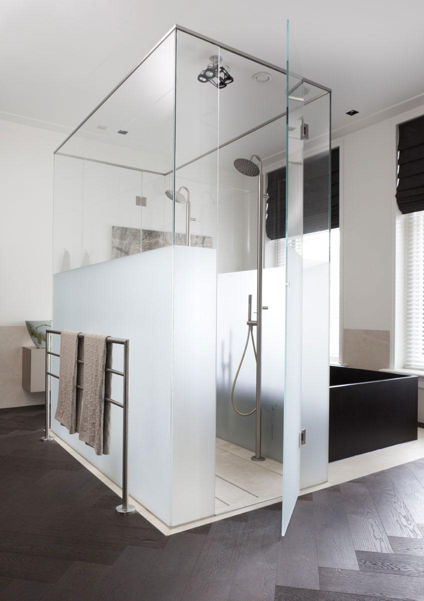 Een badkamer met een dubbele douchekop homease - Winkelruimte met een badkamer ...