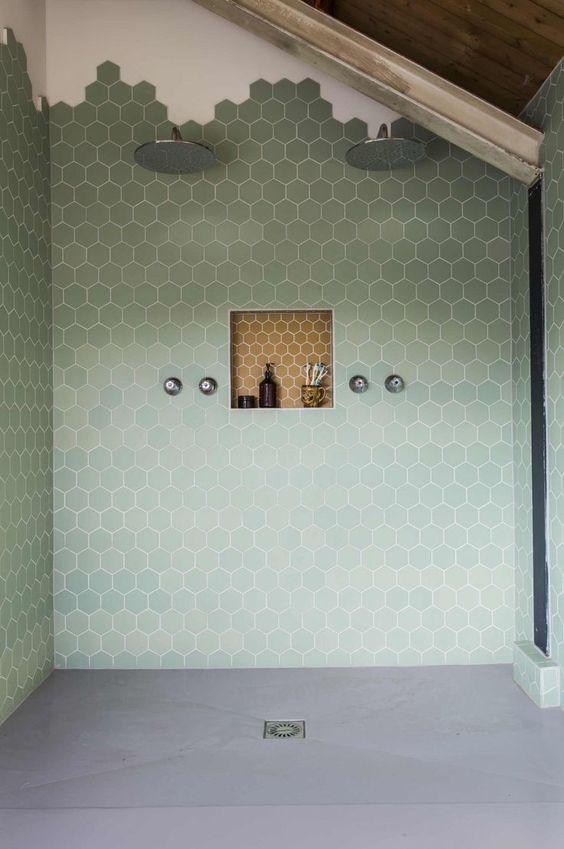 Een badkamer met een dubbele douchekop