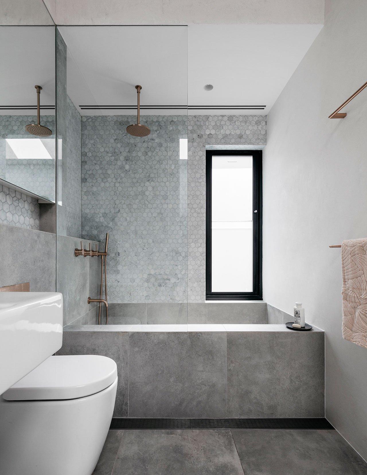 Voor deze mooie kleine badkamer is er gekozen voor zowel lichte vloer- als wandtegels.