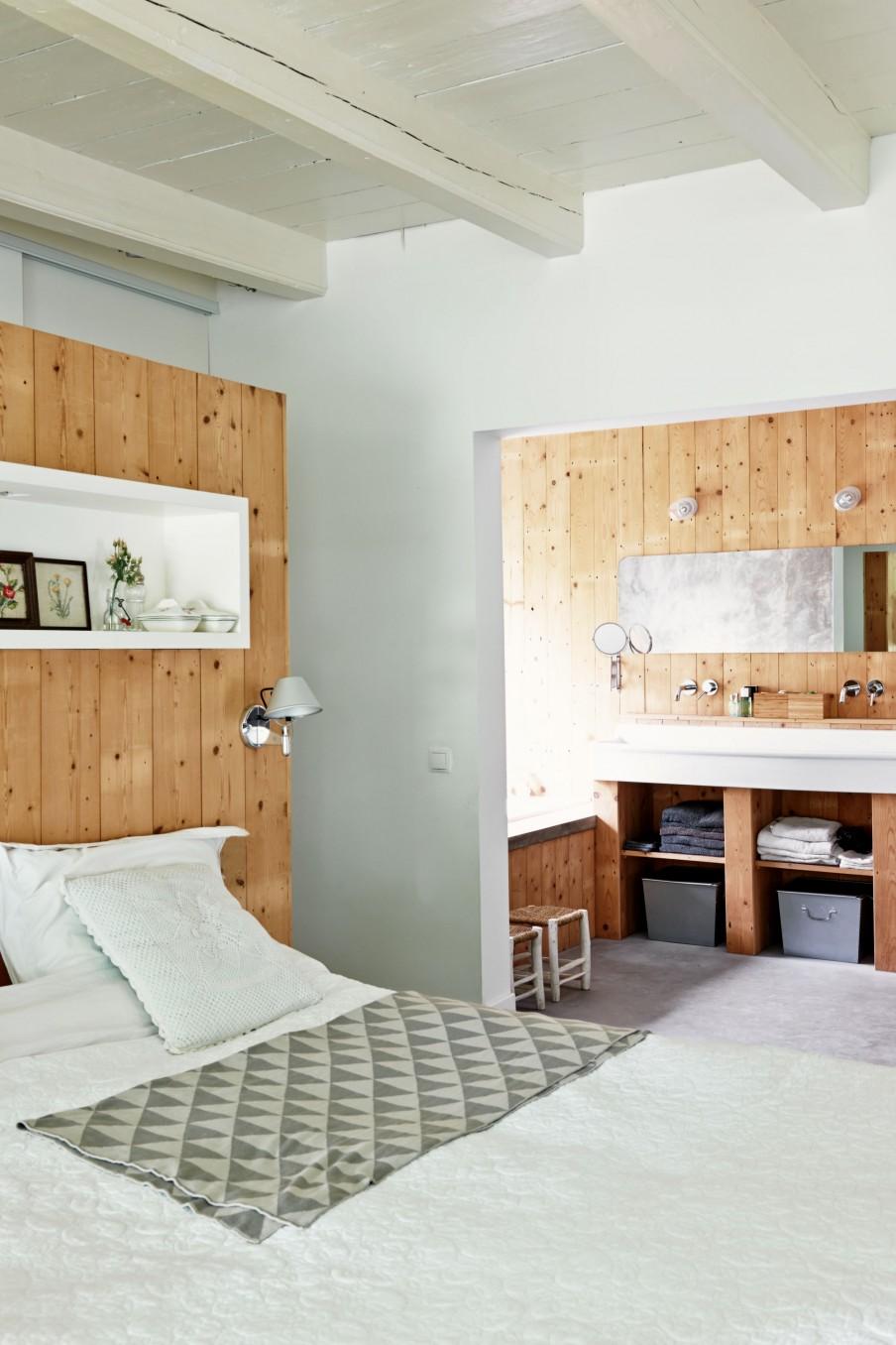 Badkamer van verbouwde stadsboerderij homease - Slaapkamer met zichtbare balken ...