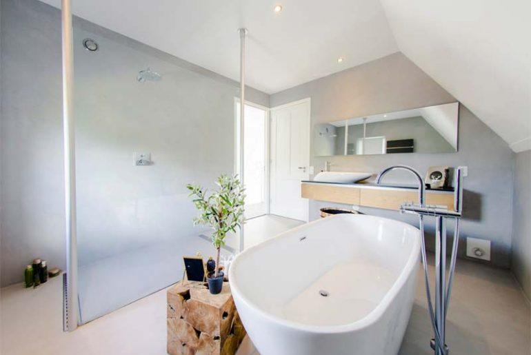 betonlook woning - moderne badkamer met beton cire