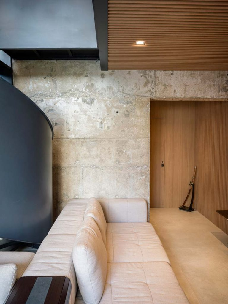 betonnen muur houten wandbekleding