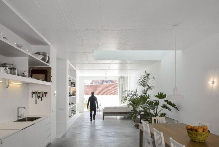 Betonvloer en witte muren