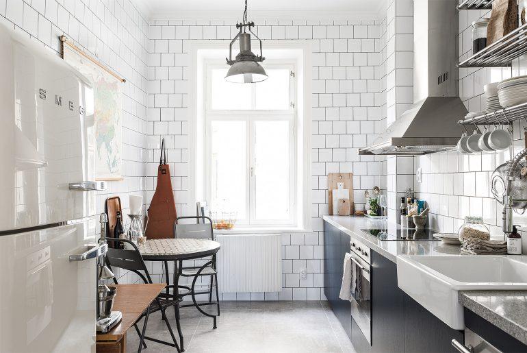 Blauwe keuken met witte wandtegels