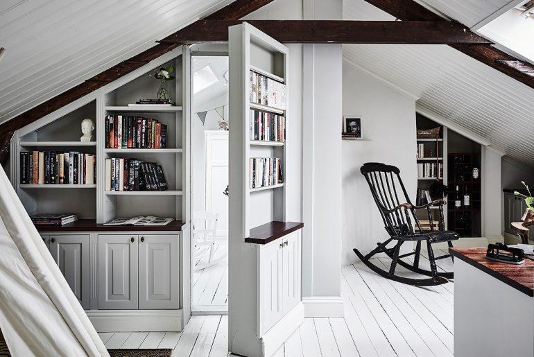 Achter deze boekenkast schuilt een hele leuke witte kinderkamer