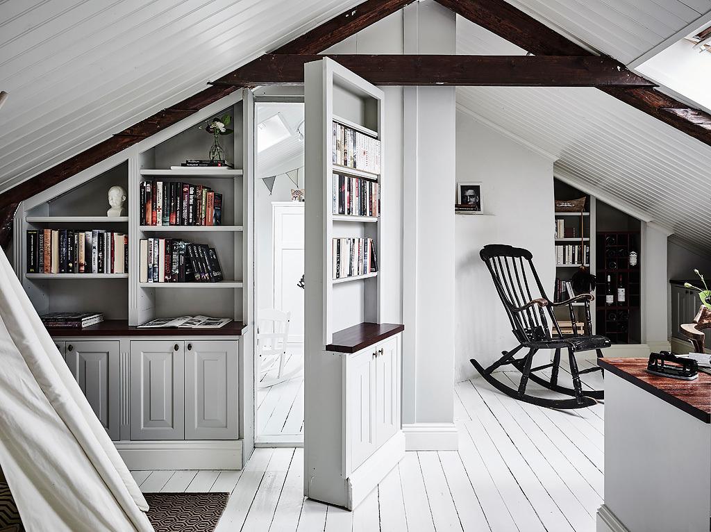 Achter deze boekenkast schuilt een hele leuke witte kinderkamer ...