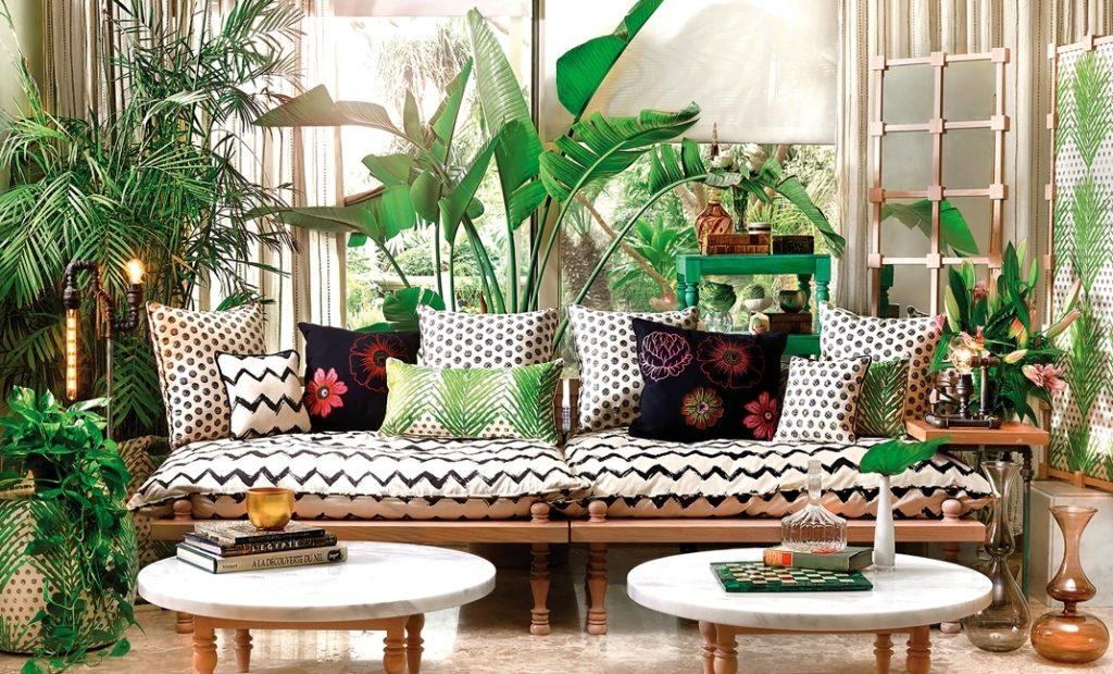 Knusse zithoek met mooie meubels en een prachtige mix van verschillende groene planten.