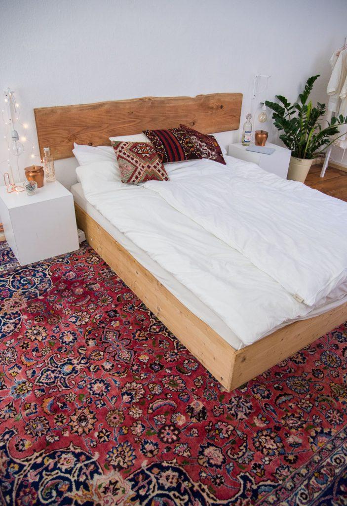 De bohemian stijl slaapkamer van blogger Mia, met een groot vintage vloerkleed en een stoer houten bed met bijpassend boomstam hoofdbord!