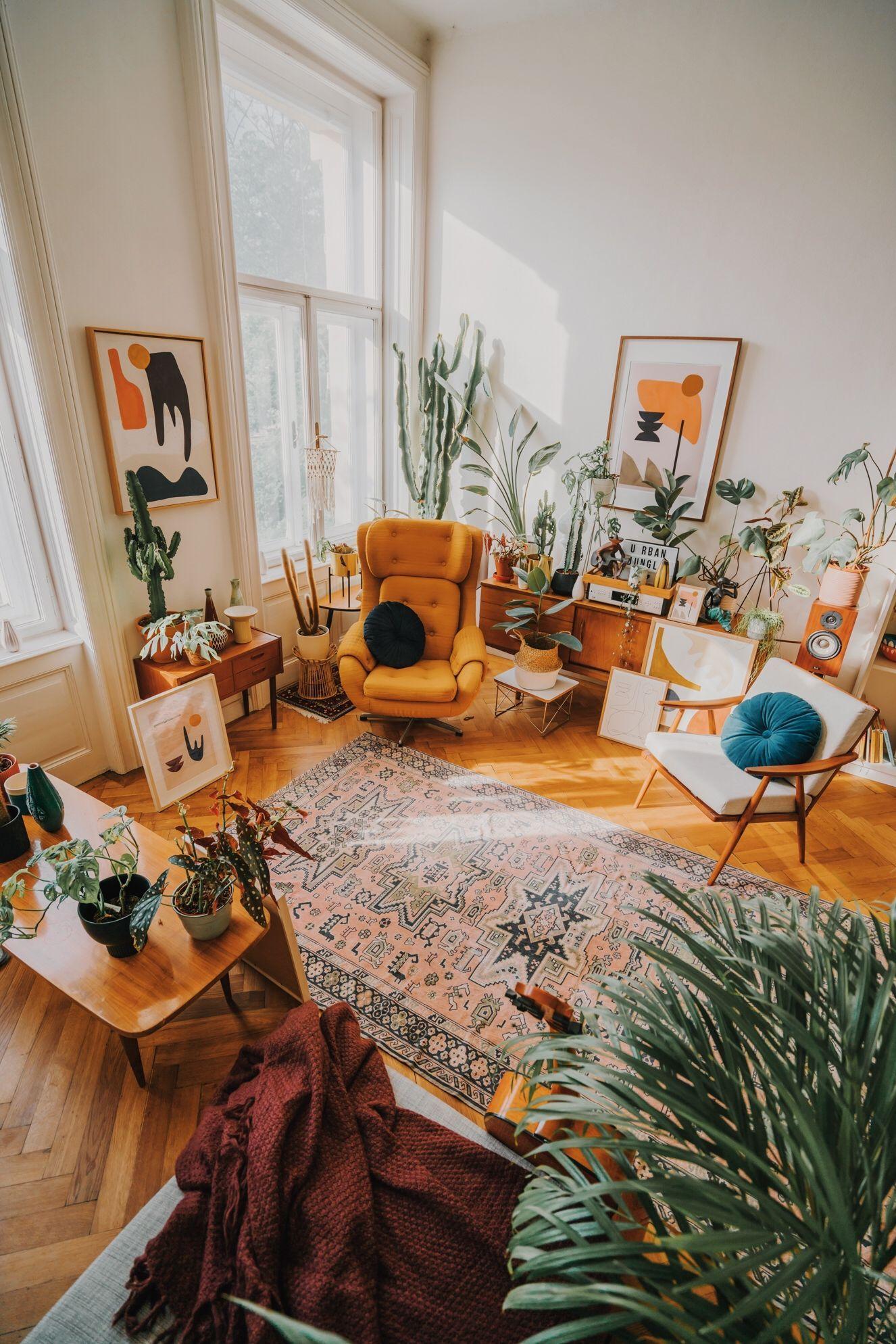 Bohemian stijl woonkamer vol mooie vintage meubels en accessoires.