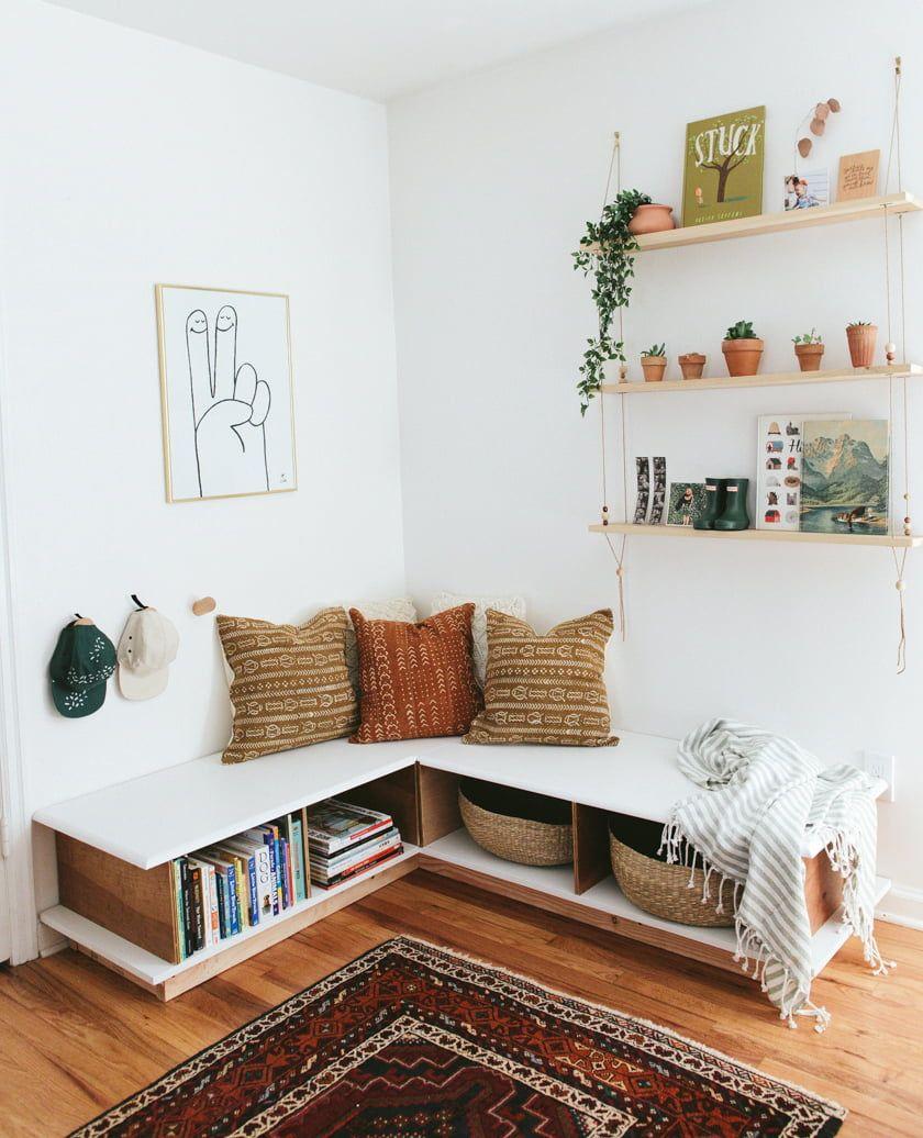 Bohemian zithoekje met een vaste bank met opbergruimte. De wandplanken vol leuke kleine objecten past er perfect bij!