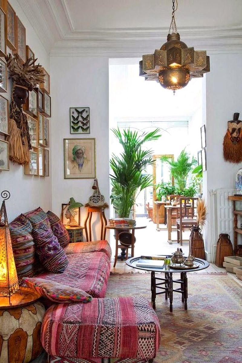 De super mooie bohemian stijl woonkamer van B&B de Witte Nijl in Antwerpen. De kleurrijke loungebank, het vintage vloerkleed, de Marokkaanse lantaarns, de kunst aan de muur... Alles klopt hier.