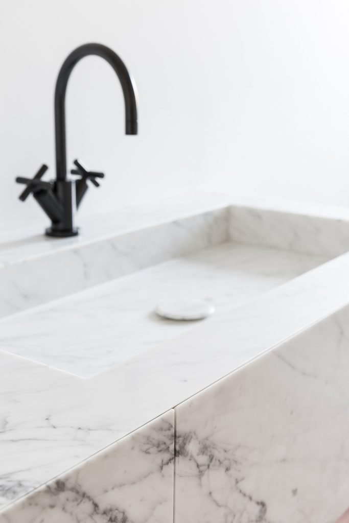 Chique badkamer ontwerp met mooie materialen