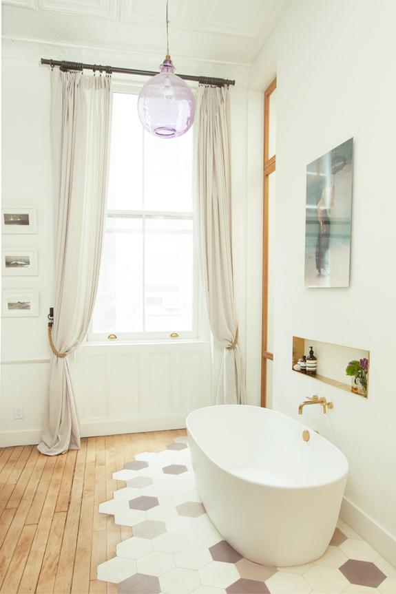 Chique badkamer met vrijstaand bad in slaapkamer | HOMEASE