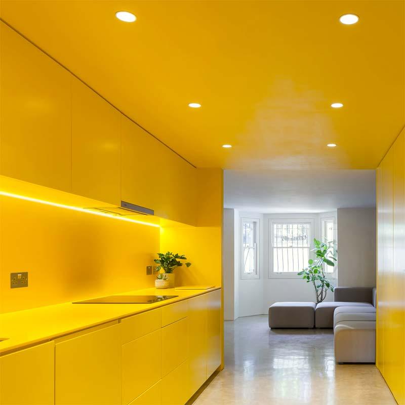 colour blocking gele keuken