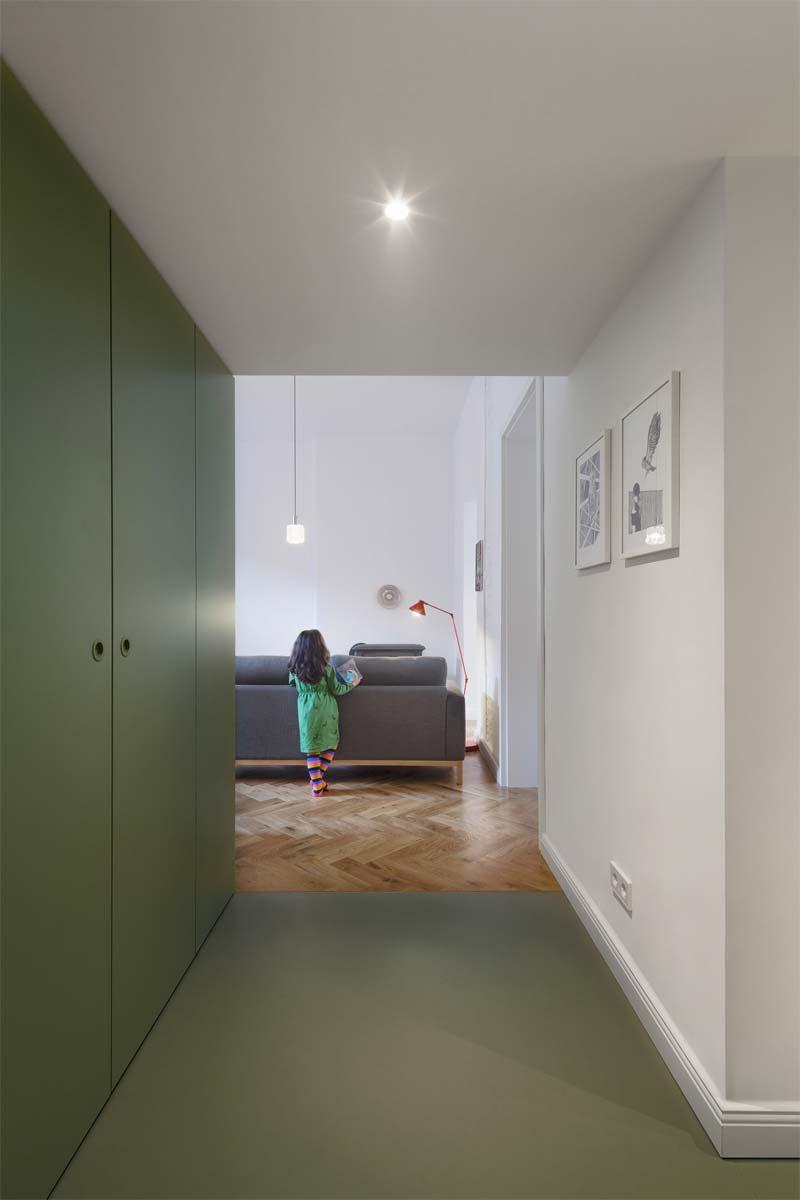 colour blocking hal groene vloer kasten