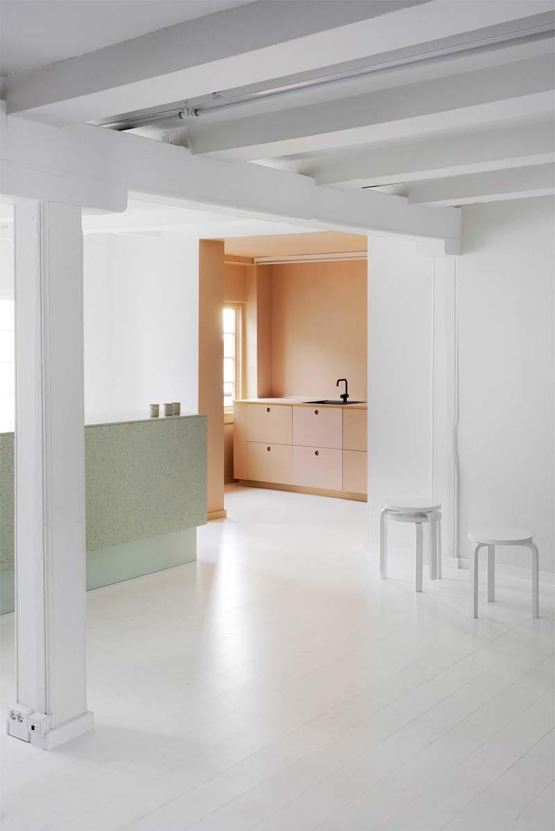 colour blocking roze keuken showroom