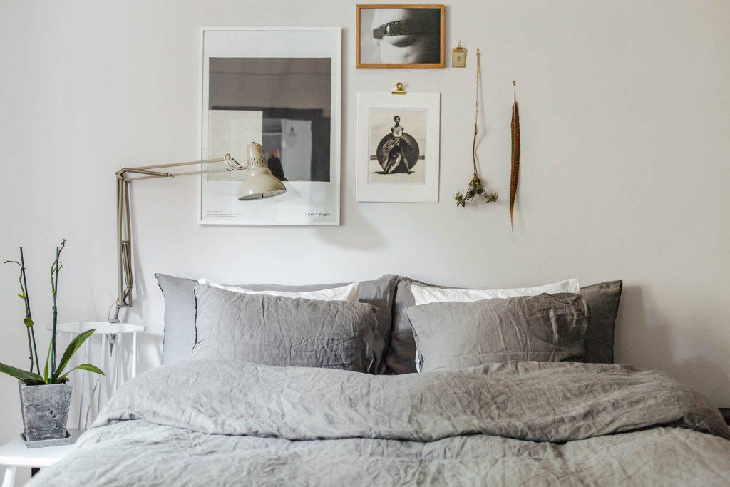 creatieve-collage-boven-bed-slaapkamer