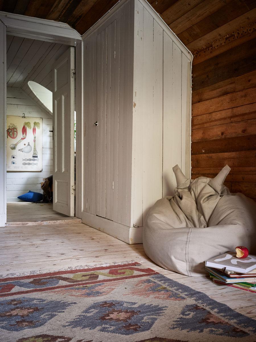Deze kinderkamer op zolder is ingericht met twee mooie inbouwbedden!