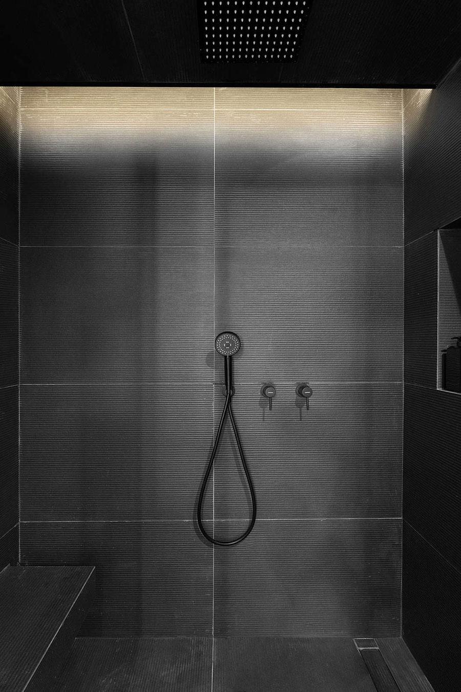 Deze kleine badkamer is ingericht in een industriële retro stijl
