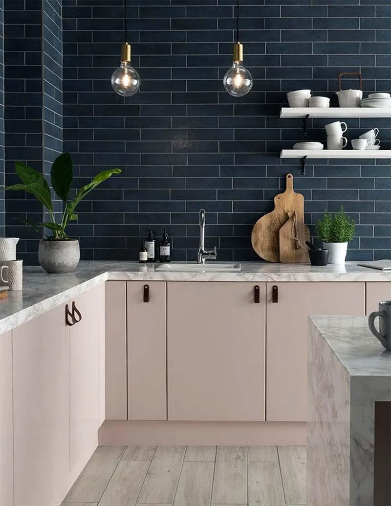 donkerblauw interieur keuken tegels