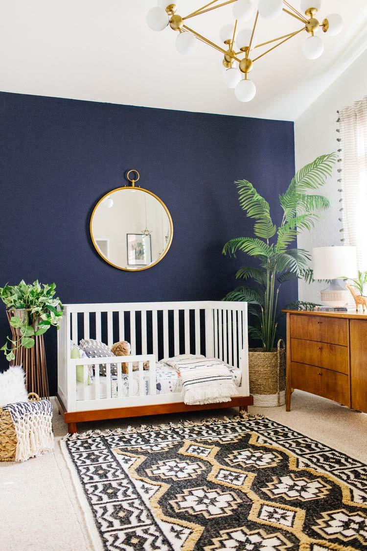 donkerblauwe accentmuur babykamer
