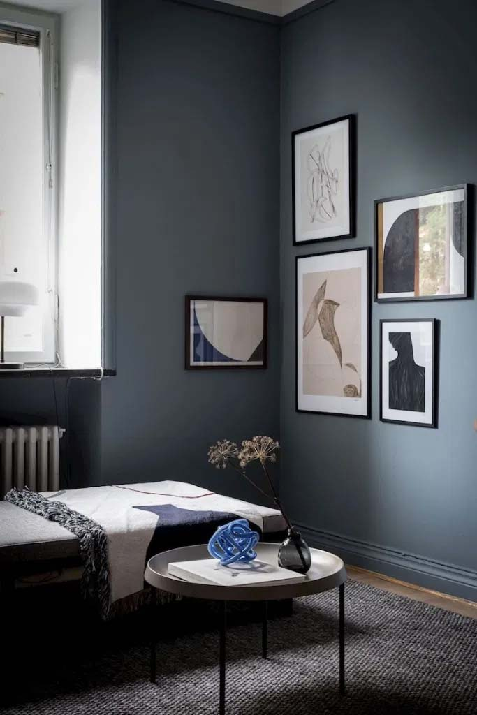 donkerblauwe muur kunst gallery wall