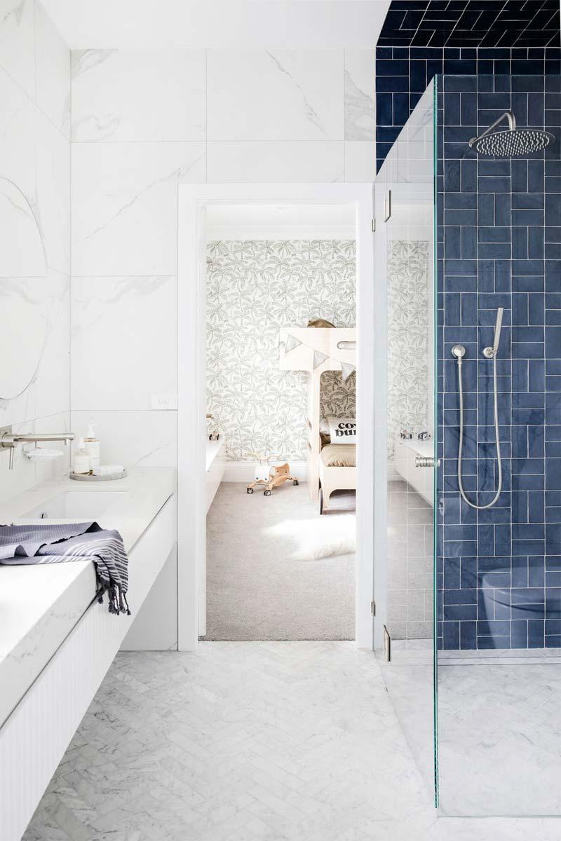 donkerblauwe tegels inloopdouche badkamer