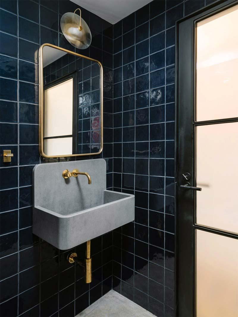 donkerblauwe tegels toilet
