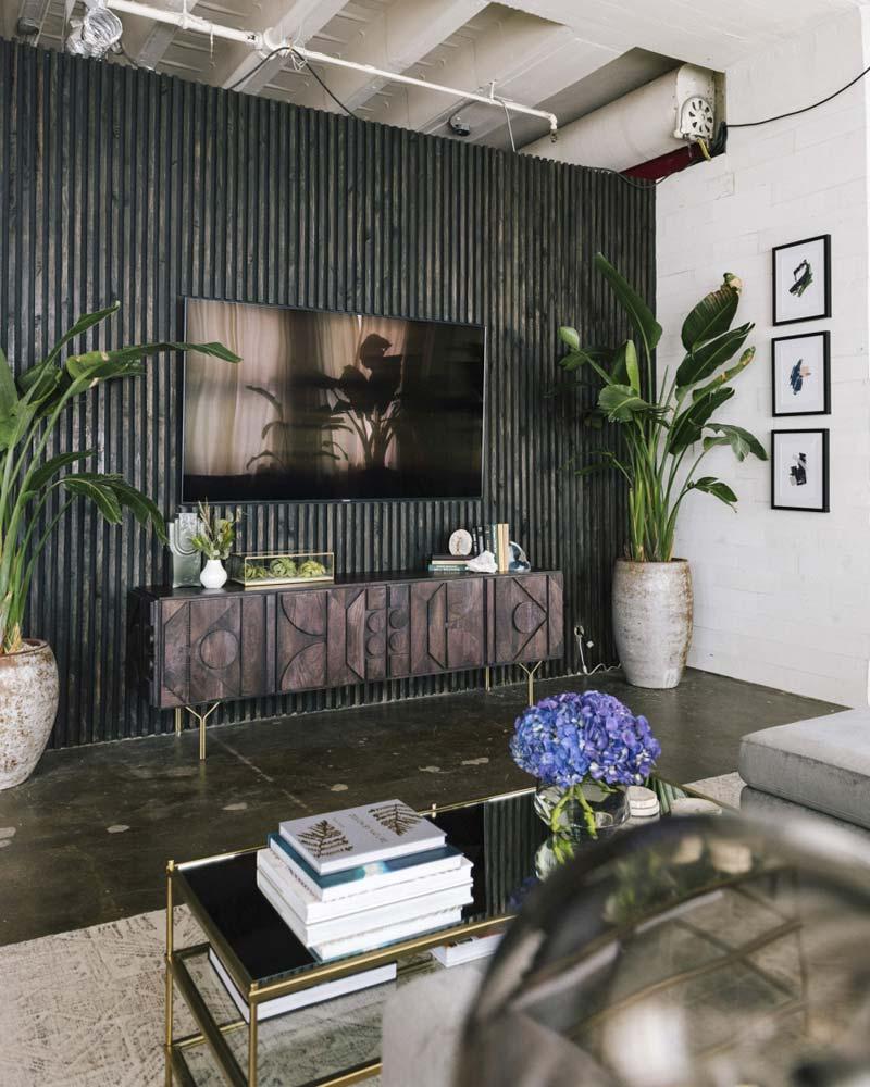 donkere houten wandbekleding tv aan muur