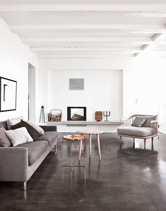 Donkergrijze betonvloer