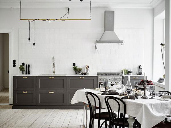 Donkergrijze keuken met marmeren keukenblad