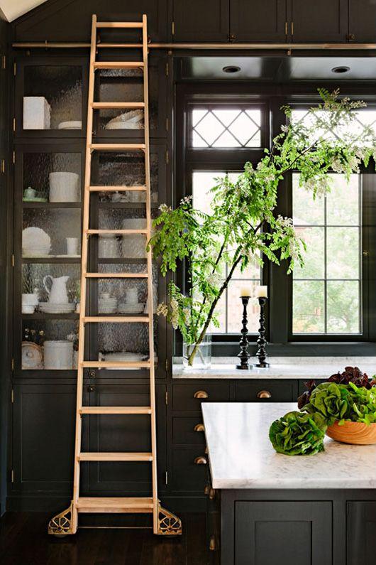 Een ladder voor de hoge keukenkasten