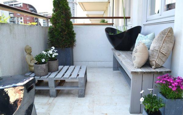 Eenvoudige houten bank op balkon