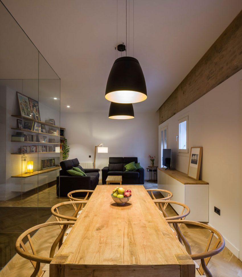 eiken-houten-eettafel-zwarte-hanglamp