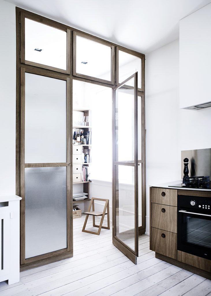 Eiken houten keuken met marmeren keukenblad