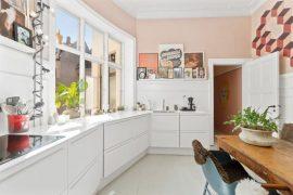 Fijne compacte woonkeuken met roze muren