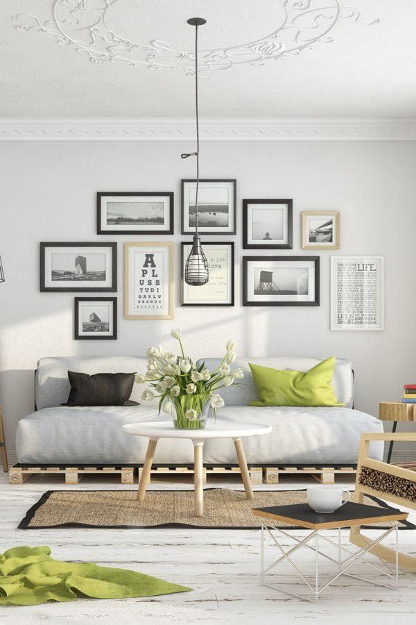 Fotolijstjes aan de muur in woonkamer